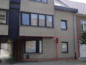 Dit centraal gelegen appartement beschikt over een ruime woonruimte met open keuken voorzien van alle comfort, berging, badkamer, gastentoilet en 2 sl