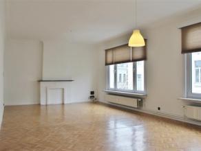 Licht appartement gelegen in een aangename en rustige straat. U beschikt over een zeer ruime living, keuken, 2 slaapkamers en badkamer met douche. Daa