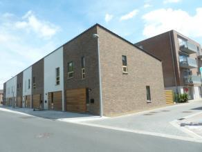 Halfopen nieuwbouw woning met 132 m² bew opp, centrale ligging, op wandelafstand van station en winkels.<br /> Omvat een inkom, living, halfopen