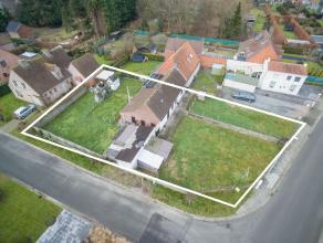Volledig te renoveren of nieuw te bouwen woning op zeer gunstige locatie in rustige straat centrum Beernem (tussen Bloemendalestraat en Bargelaan). Ve