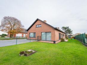 Open bebouwing met 3slpk en mooie tuin op 838m2. Indeling: inkomhal, ruime living met houtkachel, recente keuken (DSM 2012) met werkblad in graniet, b