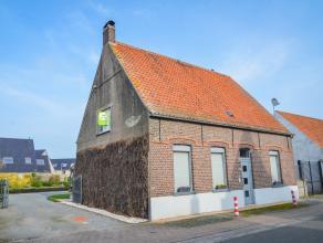 Rustig gelegen woning met grote tuin in het centrum van Sint-Joris. De woning omvat op het gelijkvloers een gezellige livingruimte met houtkachel, een