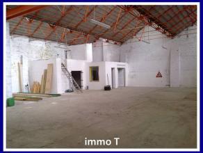 Entrepôt / Atelier de 400m2 + parking d'environ 150m² - Toit en parfait état - Bureau intégré, sanitaires - Eau, &eacu