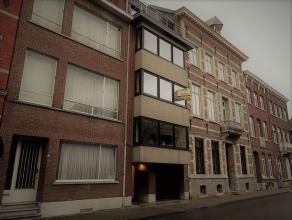 De Leopold II straat bevindt zich op wandelafstand van het station en de winkelstraten. Hier vinden we ter hoogte van nummer 62 dit appartement terug.
