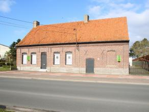Deze goed gelegen woning dateert van net na de eerste wereldoorlog en heeft een mooie gevel en nog verschillende authentieke elementen. De woning besc