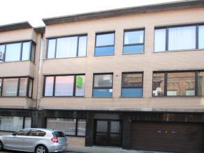Appartement gelegen nabij het centrum van Roeselare.Het appartement bestaat uit woonkamer, ingerichte keuken, toilet, badkamer, 2 slaapkamers en kelde
