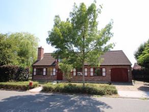 Deze eigendom is gelegen in een rustige residentiële verkaveling op wandelafstand van de kerk van Beveren-Roeselare. De woning bestaat uit inkom