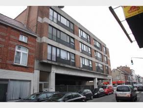 Ruimappartement op de 2e verdieping te Gent. Het appartement omvat een inkomhal met apart toilet en een berging, een woonkamer, een aparte keuken met