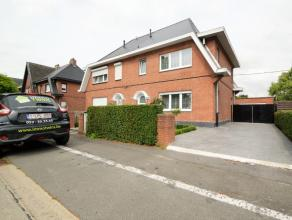 Half-open-bebouwing met garage te Dendermonde Deze halfopen bebouwing met garage is gelegen in een rustige residentiële woonwijk op een perceel v