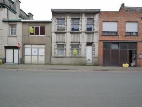 Te renoveren woningen in Lebbeke Deze te renoveren brede rijwoning is gelegen in het centrum van Lebbeke, in de nabijheid van scholen, winkels, openba