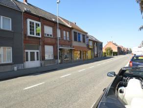 Te renoveren woning te Oudegem Deze ééngezinswoning dient volledig gerenoveerd te worden volgens de huidige normen. De gunstige ligging