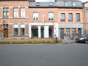 Handelspand met woonst te centrum Dendermonde Dit goed gelegen handelshuis bestaat uit een gelijkvloers commercieel handelspand (65m²) met enige
