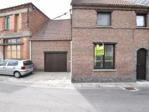 Te renoveren woonhuis met garage te Lebbeke Deze gezinswoning met garage is gelegen in een doodlopende straat te Lebbeke, in de nabijheid van scholen,