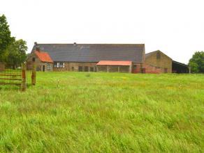 Idyllisch en landelijk gelegen hoeve met omliggende tuin, bouw- en weilanden met een totale oppervlakte van 1ha 83ca PRACHTIG VERZICHT! Een blok weila