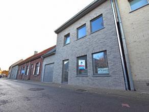 Verder af te werken nieuwbouwwoning met 5 slaapkamers, garage en grote zonnige tuin, goed gelegen in het centrum van Wingene. VEEL LICHTINVAL! Totale