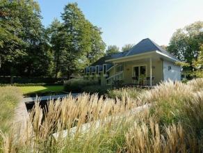 Moderne villa met zwemvijver op een perceel van ca. 2047 m2.Indeling:Gelijkvloers:Inkomhal met gastentoilet en vestiaire, dubbele glazen deur naar de