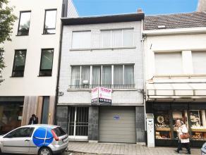 Goed gelegen bel-étage woning met inpandige garage, gelegen in het centrum van Turnhout. Indeling: Gelijkvloers: Men komt de woning binnen lang