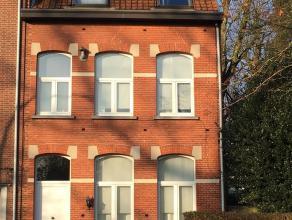 Authentiek herenhuis met een tuin van 400 m2 gelegen in het centrum van Turnhout. Indeling: Gelijkvloers: Via de inkomhal betreedt men deze statige wo