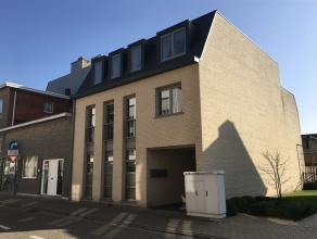 Mooi appartement op de eerste verdieping (met lift) met een bewoonbare oppervlakte van ca. 131 m2. Indeling: Inkomhal met gang en gastentoilet. Ruime