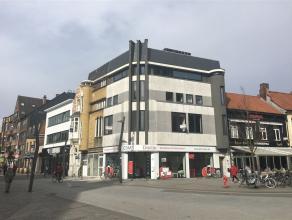 2-slaapkamer appartement met veel lichtinval op de Grote Markt van Turnhout. Ruime living met open keuken. Deze is voorzien van een vaatwasser, ingebo