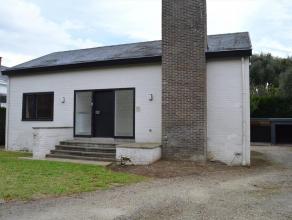 Deze vrijstaande woning zal menig bezoeker bekoren door zijn ligging. Deze eigendom is gelegen vlakbij de belangrijkste invalswegen, doch zeer kindvri