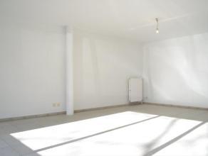 Ruim en lichtrijk 2 slaapkamer appartement pal in het centrum van Kortrijk. Alle moderne voorzieningen aanwezig zoals CV op aardgas, dubbelglas, badka