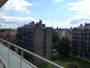 In het centrum van Asse bieden wij u dit ruim penthouse appartement aan (7de VD / lift) met prachtige vergezichten op Asse en Brussel (terrassen lang