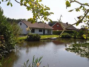 Rustig en landelijk gelegen bungalow op een terrein van 2765 m². De woning beschikt over een inkomhal, toilet, living, volledig ingerichte keuken