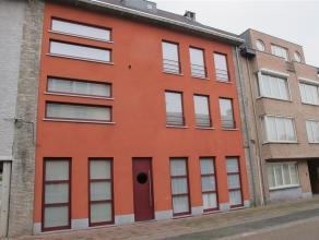 Ruim gelijkvloers appartement met 2 slaapkamers en groot terras in het hartje van Arendonk op wandelafstand van talloze Handelszaken. Indeling: inkomh