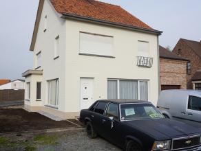 Deze woning werd recent volledig gerenoveerd. De woning beschikt op het gelijkvloers over een inkom, ruime woonkamer, berging, keuken, wasplaats met d