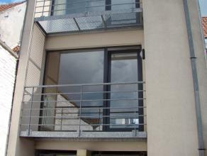 Deze woning gelegen in een zeer rustige straat te Eeklo beschikt op het eerste verdiep over een woonkamer met open keuken, op het tweede over 2 slk, b