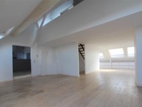 LAEKEN- Houba-brugmann - Beau penthouse 2ch situé au 5e et dernier étage qui se compose comme suite: cuisine super-équipée