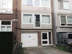 Ruime woonst met garage en stadstuin nabij station Sint-Pieters.De woning is als volgt ingedeeld: gelijkvloers: garage (18 m²) met manuele poort