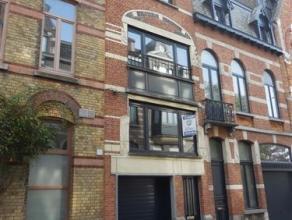 INSTAPKLARE, zeer gezellige, lichtrijke en rustig gelegen (zijstraatje Martelaarslaan) RW met 1 à 2 slpks + garage en terras. Deze zeer gunstig