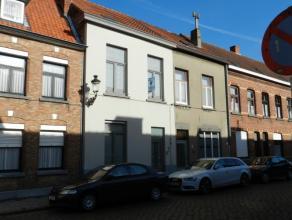 Gezellige woning, gelegen in het centrum van Brugge. Bestaand uit: Gelijkvloers: ruime inkomhal met ingemaakte kasten, zonnige eetkamer, gezellige woo