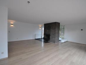 Op een toplocatie te Mortsel vinden we een zeer ruim duplex-appartement (1e en 2e verdieping) boven de apotheker Desrumaux. Dit appartement is gelegen