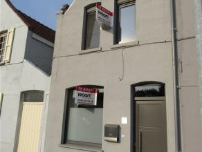 Instapklare gerenoveerde woning op een perceel van 398 m2 vlakbij Brugge centrum, Expressweg en E40. Inkomhal met gastentoilet, ingerichte keuken, liv