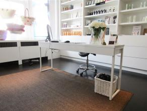 Handelspand voor nagelstyliste. Gemeenschappelijke wachtruimte, ruimte voor manicure met etalage en ingemaakte kasten. Momenteel schoonheidsspecialist