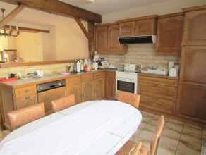 Propere woning met groot woonvolume. Deze woning omvat een inkomhal naar de grote woon- en eetkamer die verwarmd wordt met een kachel. Open ingerichte