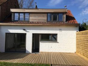 Toffe kwalitatief gerenoveerde woning bestaande uit 3 slaapkamers en een zongerichte terras en tuin. Inkomhal met gastentoilet, living met eet-en zitr