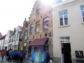 Instapklaar duplexappartement in hartje Brugge. Dit appartement omvat een inkomhal met woonkamer en open keuken. De keuken is voorzien van een kookfor