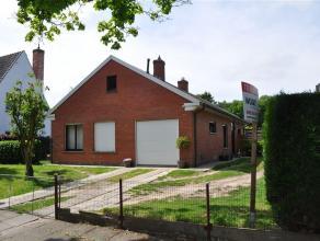 Magnifiek gelegen bungalo met tuin en garage op een perceel van 558 m2. Inkomhal , ruime living met eet-en zithoek, aparte keuken, wasruimte , 2 slaap