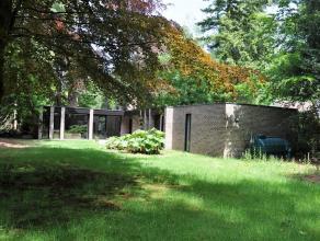 Prachtig gelegen alleenstaande villa met tuin rondom. Deze rustige woning omvat een inkomhal met gastentoilet, wasruimte en berging. Verder is een lic