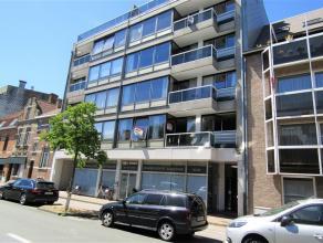 Ruim en lichtrijk appartement op wandelafstand van het centrum van Brugge. Inkomhal met gastentoilet. Er is een lichtrijke woon- en eetkamer met apart