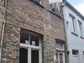 Stadswoning in hartje Brugge. Woonkamer met aparte ingerichte keuken. Badkamer met lavabomeubel, douche en toilet. Op de eerste verdieping is een nach