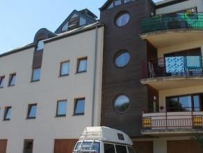 Appartement entièrement meublé (1 chambre/1 salle de bains, +- 48m² habitables + cave) avec parking privé, situé dans