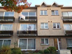 Dit goed onderhouden appartement op de tweede verdieping heeft de volgende indeling: inkomhal, een living op parketvloer, een apart gastentoilet, een