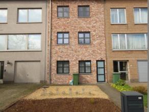 Een verzorgd recent (2010) 2 slaapkamer appartement op de eerste verdieping met een ruime living en open keuken voorzien van een ijskast, diepvries, 4