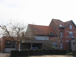 Maison très charmante avec un beau jardin verdoyant situé dans le centre de Duisburg (Tervuren). Rez-de-chaussée: hall d'entr&eac