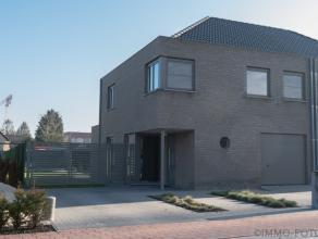 Moderne gezinswoning uit 2011, instapklaar met indeling: Inkomhal, apart toilet, living met volledig ingerichte open keuken, berging, bureau. Traphal